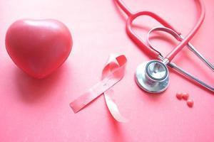 fita rosa com coração e estetoscópio foto
