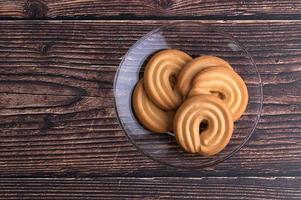 biscoitos salgados na mesa foto