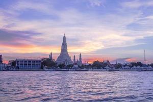 pôr do sol de bangkok em tom roxo foto