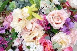 um buquê de flores artificiais foto