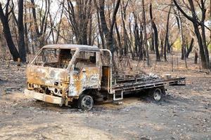 um pequeno caminhão destruído por um grande incêndio florestal nas montanhas azuis da Austrália foto