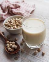 leite de grão de bico com grão de bico foto
