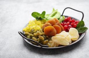 bandeja de metal com diferentes tipos de frutas secas foto