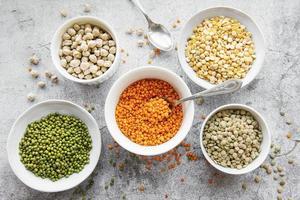 taças com diferentes tipos de leguminosas foto