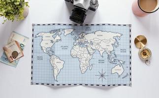 mapa, bússola e dinheiro em fundo branco foto