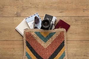 artigos de viagem em plano de fundo de madeira foto