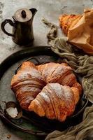 croissants em fundo de pedra cinza foto