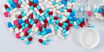 muitos tipos de cápsulas de comprimidos de drogas médicas em fundo branco foto