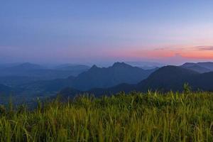 ponto de vista de alto ângulo pôr do sol sobre montanhas e floresta foto