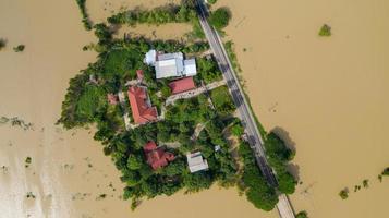 vista aérea superior de arrozais inundados e da aldeia foto
