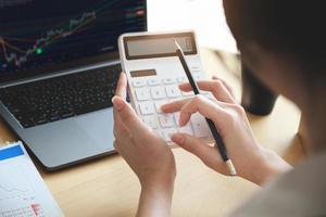 mulher de negócios usando calculadora foto