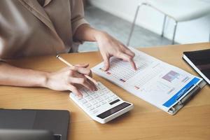 mulher revisando documentos financeiros foto