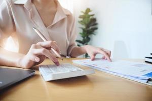 mulher verificando registros financeiros foto