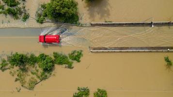 vista aérea da estrada rural com um carro vermelho foto