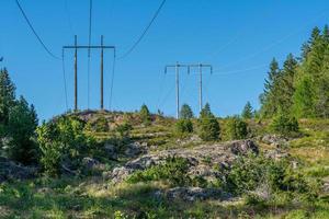 linhas de energia nas colinas foto