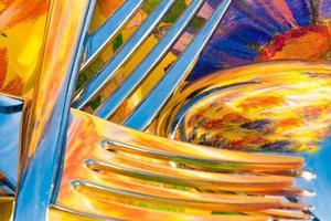 garfo e colher na frente de um fundo colorido foto