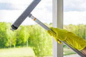 uma pessoa limpando janelas foto