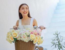 retrato linda mulher asiática em pé sorrindo foto