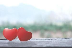 formas de coração de amor romântico na mesa de madeira foto