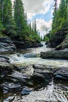riacho correndo por pedras de ardósia foto