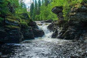 riacho fluindo através de rochas de ardósia erodidas foto