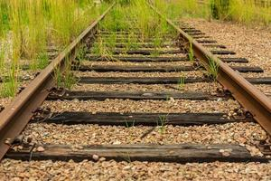 antigo trilho de trem coberto com vigas de madeira foto