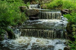lindo pequeno riacho de água correndo nas escadas foto