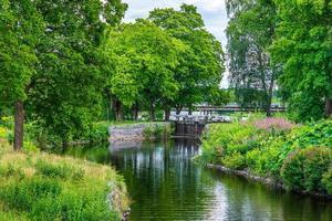 bela vista de verão do canal stromsholms na Suécia foto