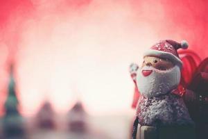 Papai Noel sorridente com fundo desfocado foto