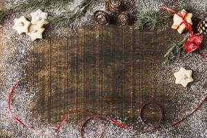 biscoitos estrela com galhos de pinheiro foto
