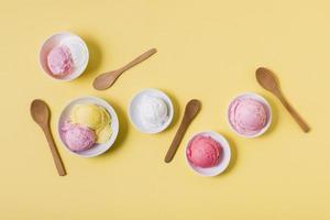 vista de cima taças com sorvete foto