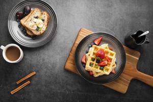 waffles de café da manhã com vista de cima foto