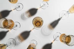 vista de cima da mesa de taças de champanhe foto