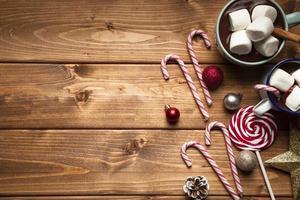 vista de cima chocolate quente com doce foto