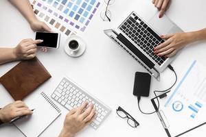 variedade de mesa de escritório vista de cima para designers gráficos foto