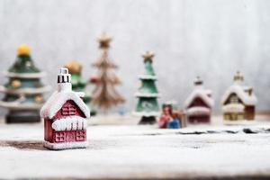 vila feita com decorações de natal foto