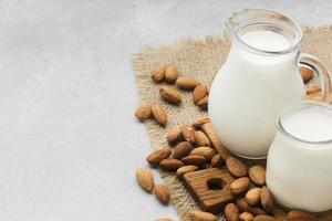 close-up de leite fresco com amêndoas e espaço de cópia foto
