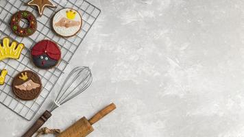 utensílios de cozinha e biscoitos com espaço de cópia foto