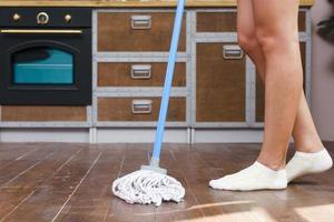 esfregando o chão da cozinha foto