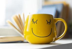 caneca amarela sorridente foto