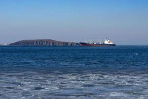 navio cargueiro no fundo da paisagem marítima foto