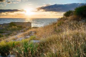 pôr do sol sobre o mar na antiga cidade de Chersonesos foto