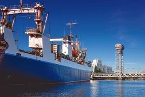 porto de uma grande cidade russa com navios foto