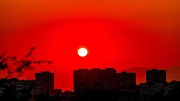 pôr do sol vermelho sobre a cidade. vladivostok, rússia foto
