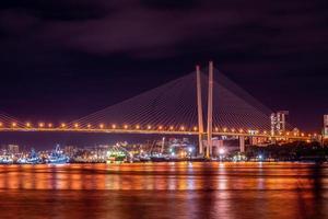 paisagem noturna com vista para a ponte dourada foto
