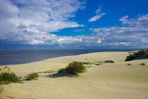 paisagem do mar do mar Báltico com dunas de areia costeiras do espeto da Curlândia. foto