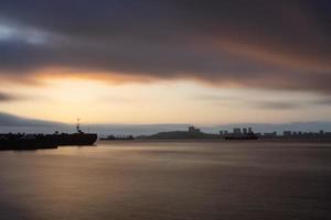 vista do mar ao pôr do sol no fundo da costa de Vladivostok foto