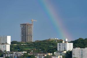 paisagem urbana com um arco-íris no fundo do céu. foto