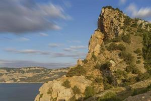paisagem natural com mar e rochas foto
