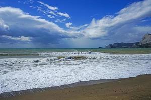 paisagem marinha com belas ondas esmeraldas. Sudak, Crimeia. foto